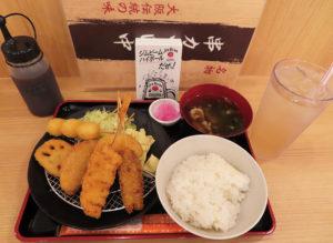 ランチメニューの「串カツ定食」(791円・税別)を、大阪名物「冷やしあめ」(350円・同)とともに注文。ご飯の大盛やお代わりは自由。「肉吸い」という茹でた牛肉やとろろ昆布入りのお吸い物がすっきりとしていて特徴的