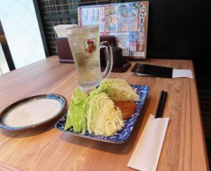 キャベツ&わさび味噌(182円)と、ハイボール(レモン入り)291円で軽く一杯。なお、麺はそばのみの取り扱いとなる