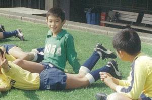 小学校3年生(1990年)頃、サッカー仲間たちと寛ぐ佐伯さん。この頃からずっとゴールキーパーとしての道を歩んできた(佐伯啓輔さん提供)