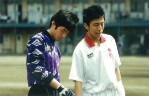 神奈川県立柏陽高校時代、高校総体(インターハイ)県予選(1999年)での1コマ。青春時代をともに過ごしたキャプテンと。佐伯さん(左)は副キャプテン・ゴールキーパーとしてチームを支えた(佐伯啓輔さん提供)