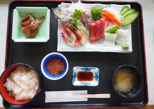 「お刺身盛り合わせ定食」(1580円・税別)は、季節や漁獲種類などにより内容が変わるとのこと。美食広場では、三陸産の牡蠣を使用した牡蠣料理や、山海楼らしい本格中華も味わえる