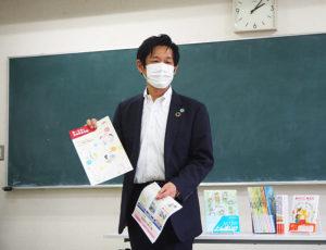 新横浜ではハマロード・サポーターとしての道路美化、菊名では大豆戸小学校へのうちわ寄贈、綱島ではマスクケースを保育園に寄贈。本社支援も合わせ、支社全体でマスクも約9300枚寄贈。同館にもある「リユース文庫」(不要になった本のコーナー)にも、同支社の社員・スタッフから本を寄贈している