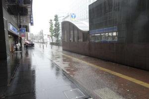 昨年の台風19号襲来時には、新横浜の街も滝のように雨が降り、道路が川のようになっていた(新横浜2丁目の地下鉄8番出入口付近、2019年10月12日)