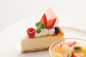 同ホテルのパティシエによるケーキ各種など季節のスイーツも魅力(新横浜グレイスホテル提供)
