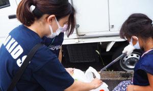 新羽駅から徒歩約3~4分、横浜生田線沿いにある学童保育「ワオキッズ新羽園」(新羽町)では、散歩をしながらの清掃活動を児童・職員らが行っている(8月31日16時30分頃)