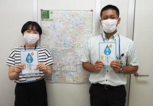 冊子の制作を担当した港北区総務課の福元さん(左)と中村さん