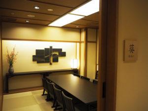 結納、結婚、誕生日、弔事といった用途にあわせて利用可能な、和個室をはじめとした大小6室の個室も用意している