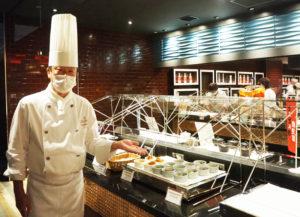 「個々盛りスタイル」の料理、そして器の美にも注目してもらいたいと語る浅野総料理長