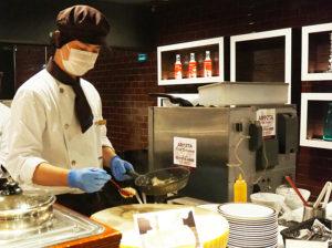 目の前で調理を行うライブキッチンによる「パフォーマンスコーナー」も8エリアに増やして対応することに
