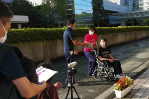 「暮らしを彩るプラスワン+」動画では、車椅子の介助法や、市営バスの全面協力での車椅子やバギーでのバスの乗降などの実演・解説を行っている(社会福祉法人横浜市リハビリテーション事業団提供)
