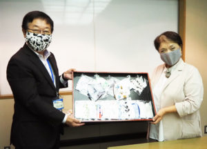 社会福祉法人横浜市リハビリテーション事業団(鳥山町)に「手作りマスク」を寄贈した萩生田さん(右)、同事業団の大八木理事長(9月29日、横浜ラポール)