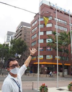 横浜アリーナの正面入り口前にも「ガーランド」が。「雨・風にも負けないようなしっかりとした材質のもので作成したい」と田邊さん