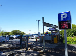 公園や商業施設などでの短時間の駐車であっても犯人は常に車内の状況を確認し、狙いを定めるという(写真はイメージ)