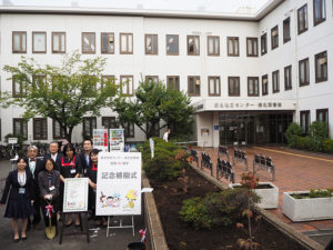 「40周年記念植樹式」を終えたばかりの横浜市菊名地区センターと港北図書館の皆さん。港北区の木・ハナミズキが2本植えられた