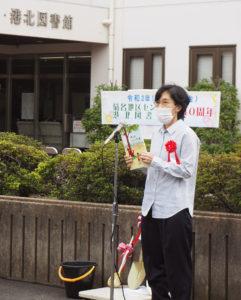 図書館友の会の木村さんは、アメリカの絵本「木はいいなぁ」を読み上げ、植樹や図書館への想いを語った