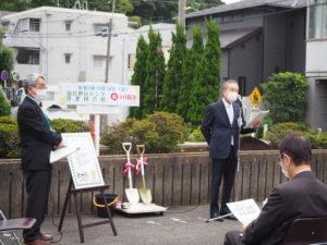 「40周年記念植樹式」の晴れの企画を行った青木図書館長(中央)と池田館長(左)