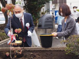 大倉精神文化研究所の平井理事長が最後の水やりを行った