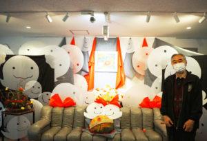 ギャラリー入口に飾られたハロウィンをイメージした作品の前で、大倉精神文化研究所の平井理事長。「カボチャは新横浜公園で作られたものを借りてきました」と笑顔で語る