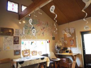 多世代交流のコミュニティ・カフェとして10周年を迎えた「街カフェ大倉山ミエル」。ハロウィンを前に、集う人々の笑顔がこぼれてきそうな室内(10月26日)