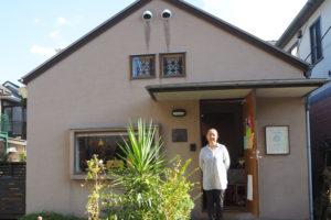 同カフェを運営する鈴木理事長。地域コミュニティにおける社会参加の促進と「孤」の解消、コミュニティへの参加を促す「しくみづくり」を実践している