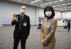 「会場を提供してくれた横浜アリーナの皆さんに感謝したい」と栗田るみ区長(右)。高嶋賢一副区長と