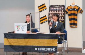 慶應義塾大学ラグビー部の4年生マネージャーがチームの代表として来訪。日本最古だという歴史や部員紹介、日吉台小学校との研究授業といった港北区とのつながりについても協調。クイズも出題し閲覧者を楽しませていた