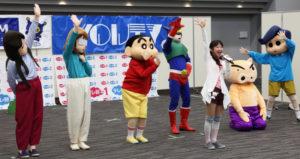 ケーブルテレビ局による「クレヨンしんちゃんキャラクターショー」も独特のテイストで画面を沸かせていた
