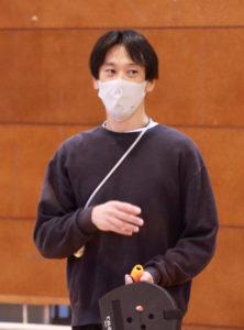 「テニピン」考案者で東京学芸大学小金井小教諭の今井さんが講師を務めた。道具は、「手作り段ボールラケット」や「ハンドラケット」を操作し行う