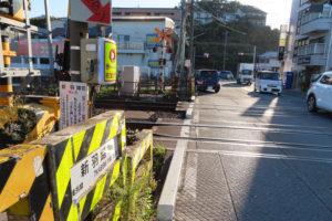 JR横浜線「新羽踏切」側から見た「小机駅東側」(旧新羽踏切)交差点。踏切の右手200メートルほど先の西側に小机駅がある