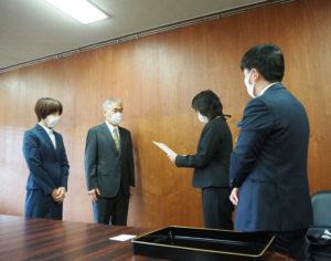 玉置校長から、横浜市教育委員会からの感謝状が手渡された