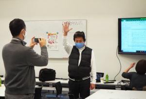 イベント当日は、大豆戸町内会の田口司副会長とともに「サンタ」に扮(ふん)するという吉田会長。「サンタさんとじゃんけん」企画もシミュレーション