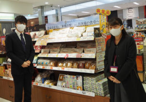 東海キヨスク株式会社にこの秋に着任したばかりの小林勇太さん(左)、営業グループサブリーダーの上浦良恵さん。今回のお米販売の企画を担当している