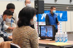 横浜市内で初となるオンライン区民まつり「ふるさと港北ふれあいまつり2020on-line」の開催を後押ししたのも栗田港北区長(手前)だった(11月14日、横浜アリーナ)
