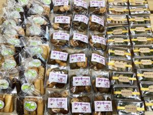 ずらりと並べられた、障害者作業所が「手作り」しているクッキーやサブレなどの焼き菓子(港北区提供)