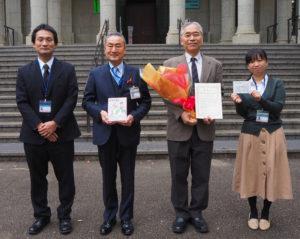 「わがまち港北3」を寄贈した平井さん(右から2人目)と、青木館長(左から2人目)ほか港北図書館の皆さん