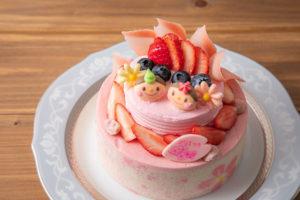 新横浜グレイスホテル内のティーラウンジ「パレグレイス」が、特製「お雛様(おひなさま)ケーキ」を3日間・個数限定で販売する(同ホテルのサイトより)