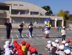 """区内小学校での「交通安全教室」でもマリノスケは""""常連""""の顔に(2017年10月、下田小学校)"""