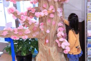 花紙で作成した「桜」を飾る「桜サクプロジェクト」は、新羽地域ケアプラザ・コミュニティハウス(写真)と城郷小机地域ケアプラザで同時開催されている(3月7日)