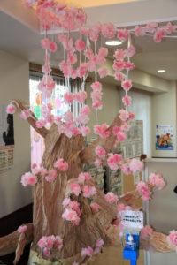 天井にも届く演出で、より桜がリアルに感じられる(新羽地域ケアプラザ・コミュニティハウス、3月6日)