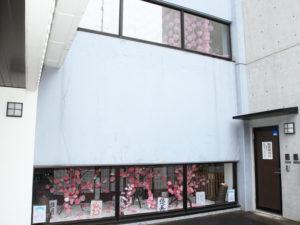 城郷小机地域ケアプラザでこのプロジェクトが発祥となった。地元で桜の枝も切り出し、書道サークルの筆による「灯籠」もライトアップされ展示しているという(3月8日)