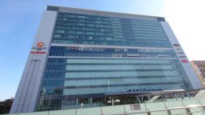 新横浜駅の駅ビル、キュービックプラザ新横浜や、駅前の円形歩道橋は2008年に完成した(2021年2月、林宏美さん撮影)
