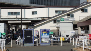 新横浜駅篠原口と看板(2021年2月、林宏美さん撮影)