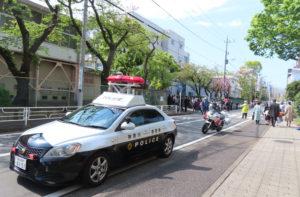 港北警察署からはパトカーや白バイも出動、港北区内に26校ある公立小学校で行われた入学式の警備とパトロールをおこなっていた(大豆戸小学校、9時30分頃)
