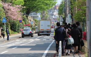 通学路には大型車両も通行することがあり、注意が必要(大豆戸小学校前、9時10分頃)