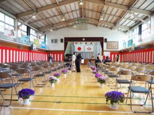 体育館に入れた保護者は各家庭で1人までとなった。東急新横浜線の開業まで2年以内となり、今年度の入学児童は大きく増えたという