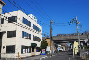 地下鉄ブルーライン新羽駅から徒歩4分の場所にあるパソコン救急センター。自治会・町内会や企業グループなどのIT化を支援する事業も展開している