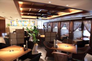 「ハワイの上質なリゾートホテルのレストラン」をイメージしたという落ち着いた店内。席の間も広めで落ち着いて食事が楽しめそう