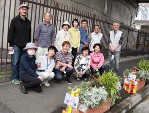 ガーデンデザイナーの原田聖也さん(最左)を招いた「新羽の未来をつくる会」の皆さん。新羽地域ケアプラザ・コミュニティハウスの職員も運営に協力している