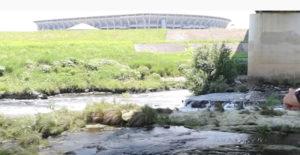 鶴見川の清流と「魚つり」の生中継を、オンラインを通じて自宅で楽しむことができる
