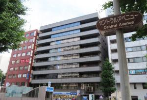 新横浜メディカルサテライトは、地下鉄ブルーライン新横浜駅の8番出口からすぐ、JR新横浜駅北口から徒歩6分のセントラルアベニュー(宮内新横浜線)沿いにある(金子ビル4階)